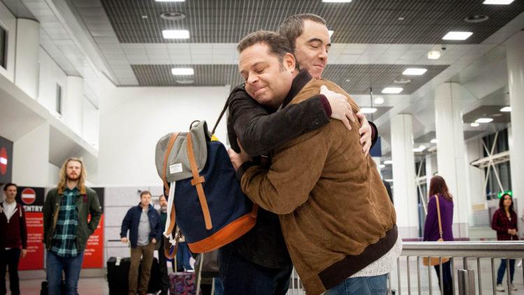 Hjertelig gjensyn mellom Adam (James Nesbitt) og Pete (John Thomson) i Kalde føtter. (Foto: Big Talk Productions)