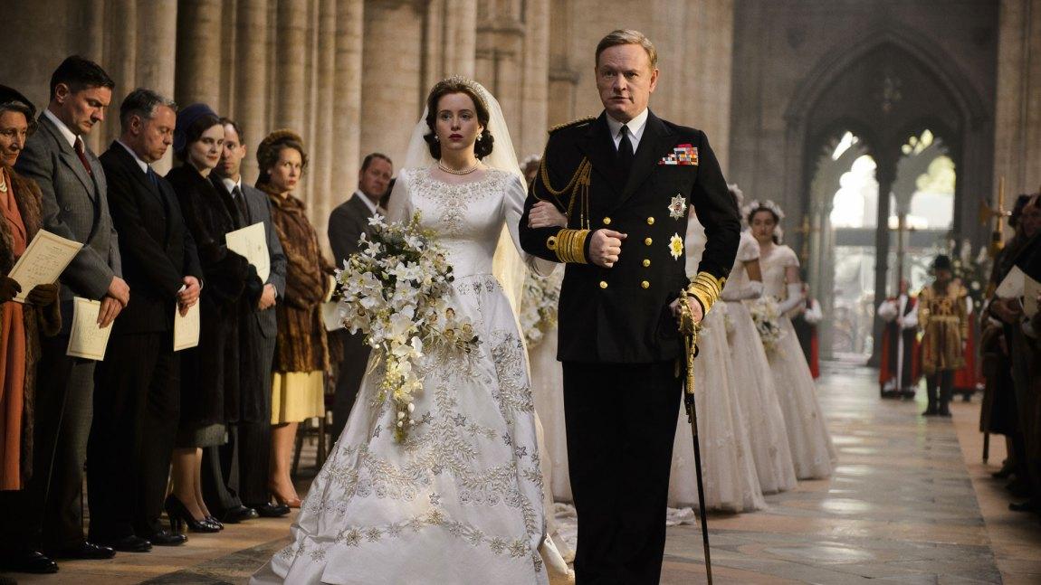 Elizabeth (Claire Foy) føres ned kirkegulvet av sin far (Jared Harris) (Foto: Netflix, Sony)