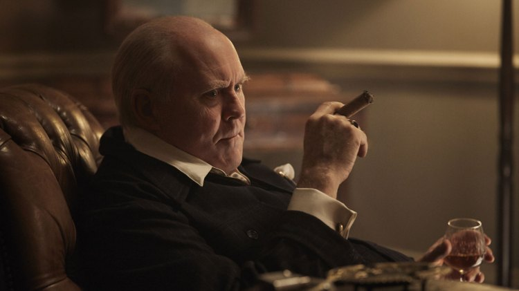 John Lithgow storspiller som Winston Churchill og får fram den britiske kjempen i alt fra fakter, mimikk og dialog. (Foto: Netflix, Sony)