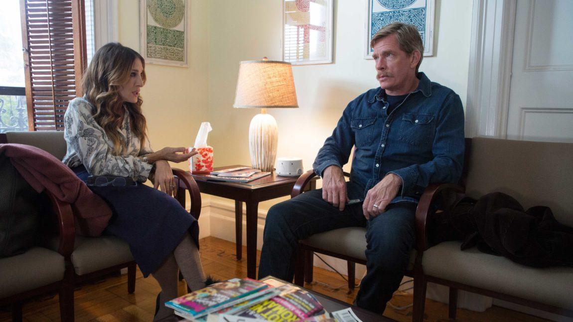 Sarah Jessica Parker og Thomas Haden Church på venteværelse før parterapi i Divorce. (Foto: HBO Nordic).