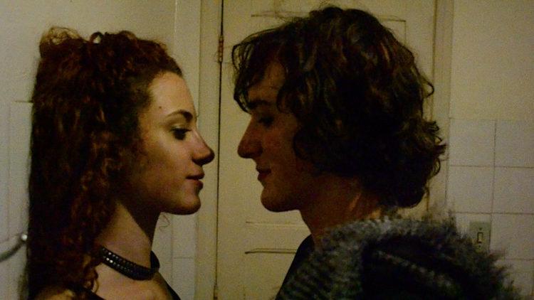 Pierre (Naomi Nero) møter jente på fest i Ikke kall meg sønn! (Foto: AS FIDALGO)
