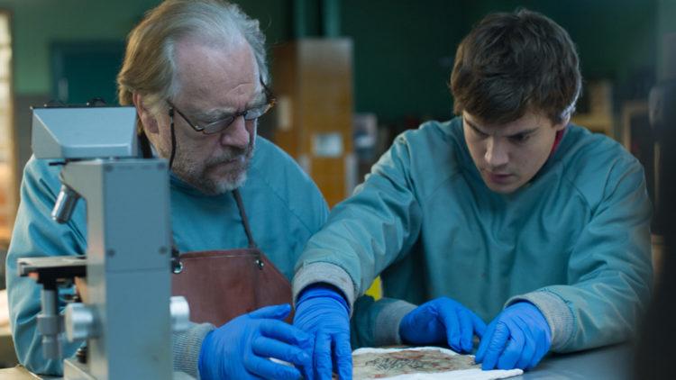 Tommy Tilden (Brian Cox) og sønnen Austin (Emile Hirsch) undersøker liket av en uidentifisert kvinne i The Autopsy of Jane Doe. (Foto: SF Studios)