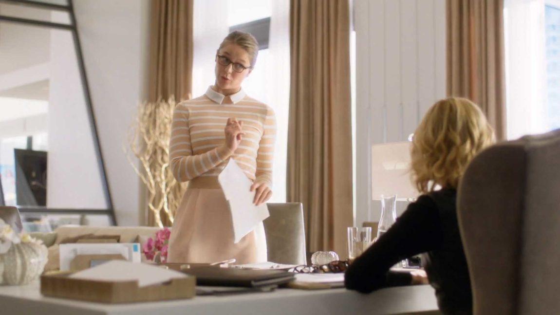 Kara sliter med å balansere sine to liv i sesong to av Supergirl. (Foto: HBO Nordic).