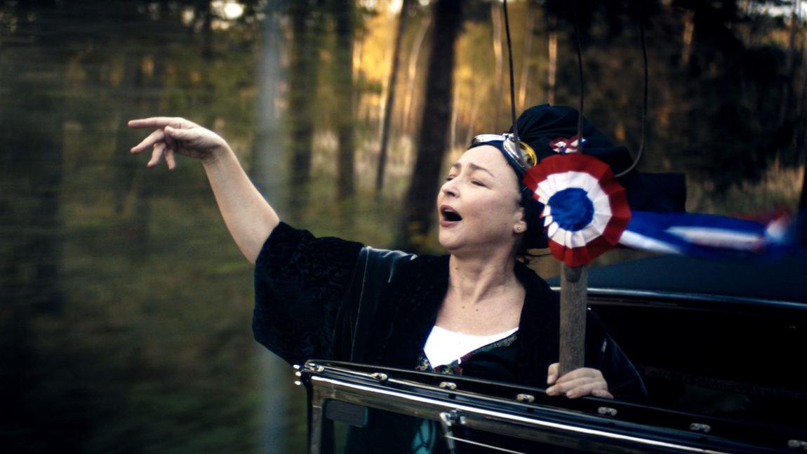Marguerite synger Marseillaisen av hjertens lyst. (Foto: Europafilm AS).