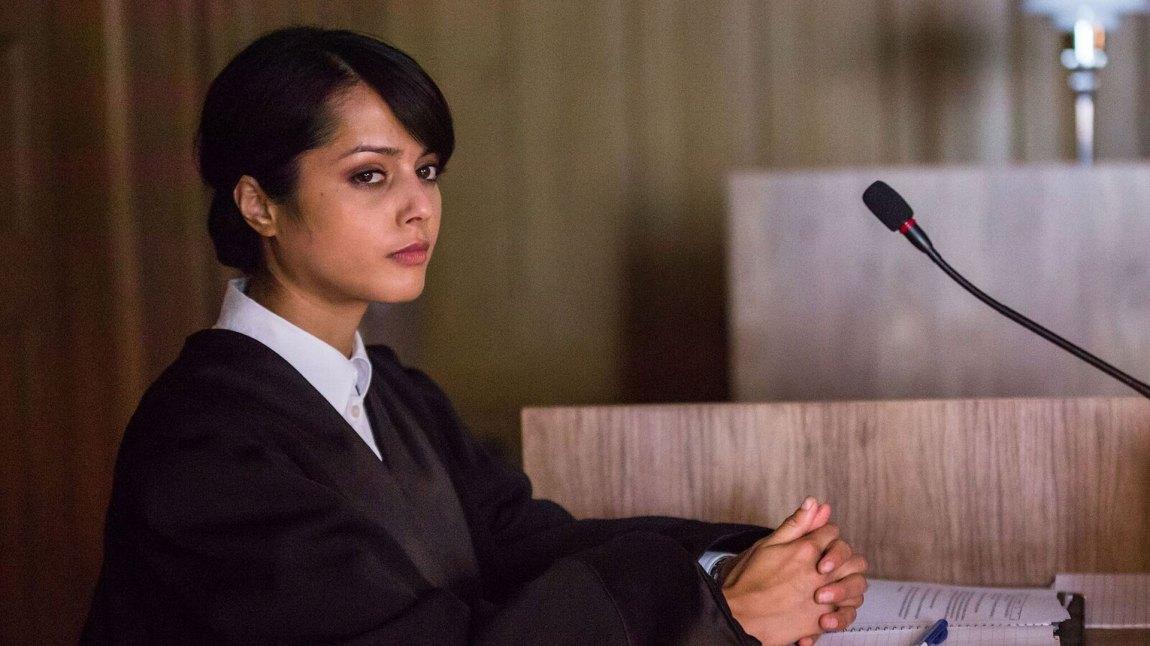 Amrita Acharia spiller statsadvokaten som kommer til Lifjord for å føre den nye rettssaken 20 år etter drapet på Karine. (Foto: TV2)