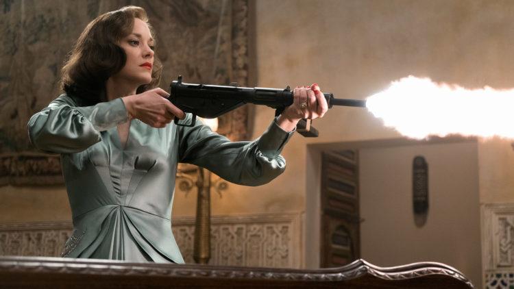 Marion Cotillard fyrer løs som undercoveragent i det romantiske krigsdramaet Allierte. (Foto: United International Pictures)