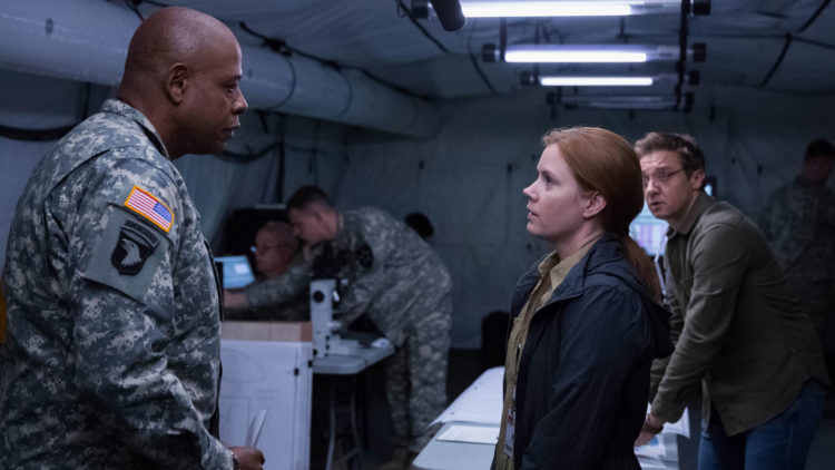 Oberst Weber (Forest Whitaker) rekrutterer språkprofessor Louise Banks (Amy Adams) og matematiker Ian Donnelly (Jeremy Renner) i Arrival. (Foto: United International Pictures)