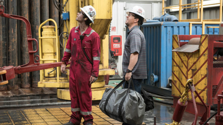 Caleb Holloway (Dylan O'Brien) og Mike Williams (Mark Wahlberg) i Deepwater Horizon (Foto: Nordisk Film Distribusjon AS)