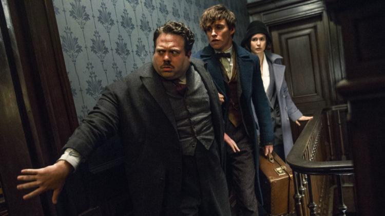 Dan Fogler, Eddie Redmayne og Katherine Waterston spiller hovedrollene i Fabeldyr og hvor de er å finne. (Foto: SF Studios)