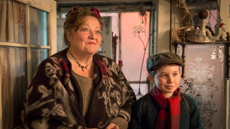 Marianne Sägebrecht spiller fru Andersen i Gubben og Katten - Tidenes Gladeste Jul. (Foto: SF Studios)