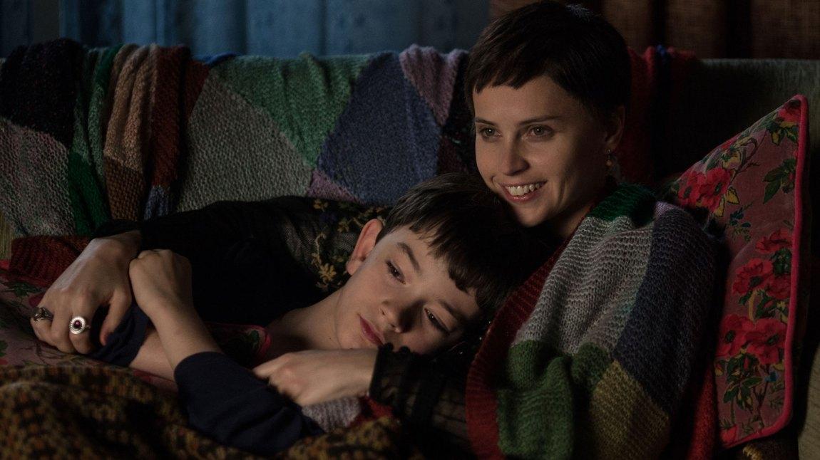 Conor (Lewis MacDougall)  og hans mor (Felicity Jones) i en av historiens lune stunder. (Foto: SF Norge)