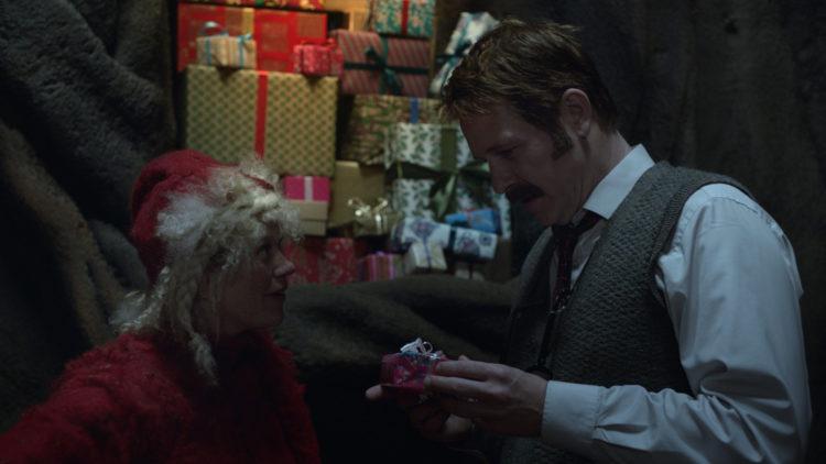 Nissekona (Johanna Mørck) forklarer Snekker Andersen (Trond Espen Seim) hemmeligheten bak Julenissens gavesystem. (Foto: Fantefilm / Nordisk Film Distribusjon).