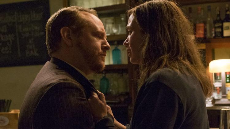 Rachel (Emily Blunt) konfronterer en barkunde i The Girl on the Train. (Foto: Nordisk Film Distribusjon AS)