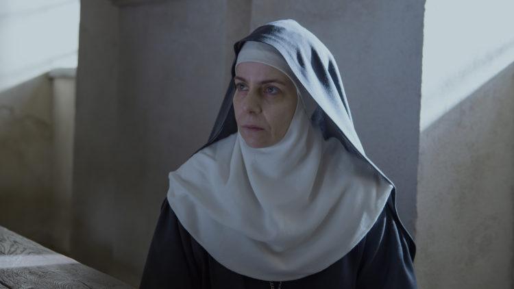 Abbedissen (Agata Kulesza) beskytter sine nonner i Agnus Dei. (Foto: Tour de Force)