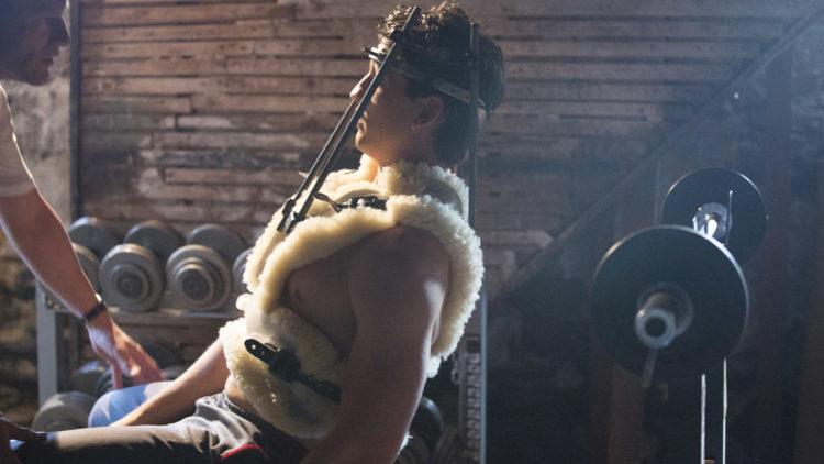 Nakkeskadde Vinnie Pazienza (Miles Teller) trenes av Kevin Rooney (Aaron Eckhart) i Bleed For This. (Foto: SF Studios)