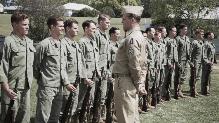 Desmond Doss (Andrew Garfield) irettesettes av sersjant Howell (Vince Vaughn) i Hacksaw Ridge. (Foto: SF Studios)