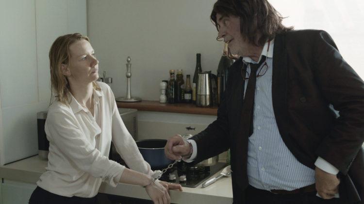 Ines (Sandra Hüller) får besøk av Winfried/Toni (Peter Simonichek) i Min pappa Toni Erdmann. (Foto: Arthaus)