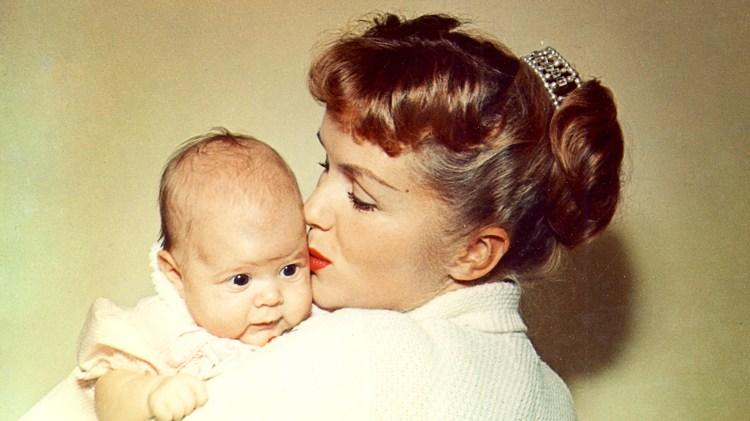 En ung Debbie Reynolds med sin nyfødte datter. (Foto: HBO Nordic)
