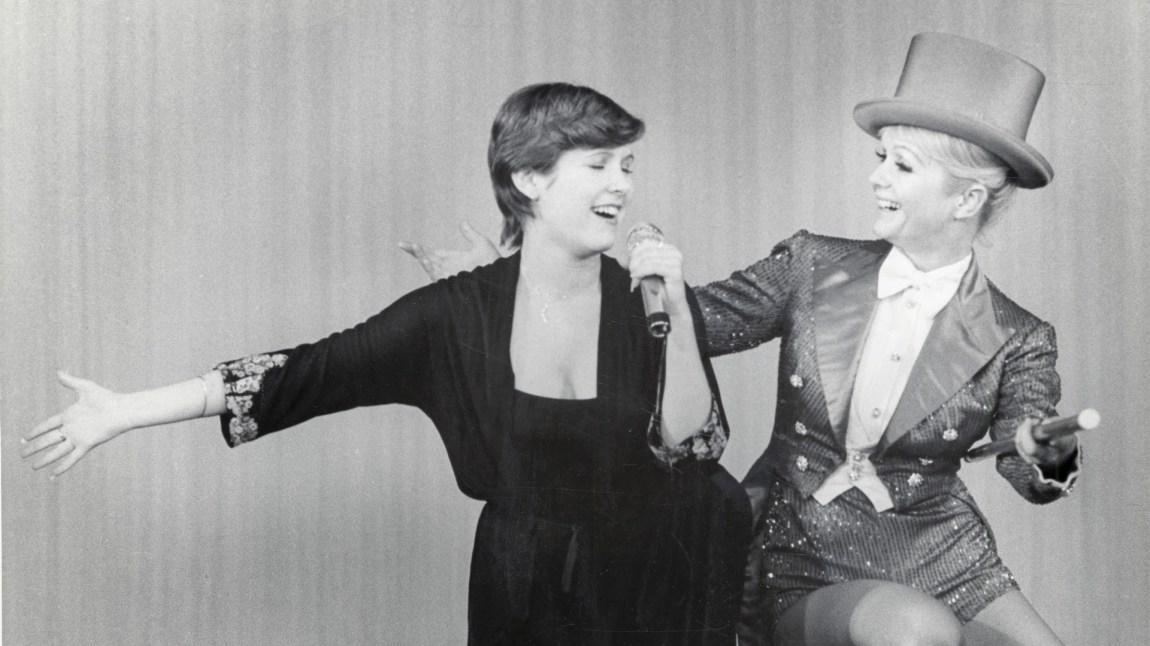 Carrie Fisher i duett med sin mor Debbie Reynolds. (Foto: HBO Nordic)