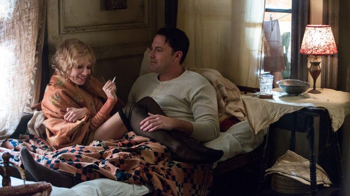 Håpløs kjærlighet er en av ingrediensene i en film som også sjonglerer vold, politikk, historietime og godhjertet familiedrama. (Foto: SF Norge)