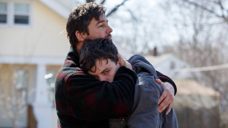 Joe (Kyle Chandler) trøster broren Lee (Casey Affleck) i et tilbakeblikk i Manchester by the Sea. (Foto: United International Pictures)