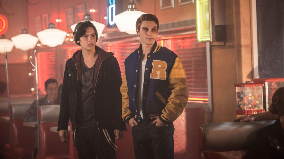 Seriens fortellerstemme tilhører Archies gamle venn Jughead spilt av Cole Sprouse (t.v.). Det er den hamburgerglade livsnyteren Krona i den norske versjonen av tegneserien. (Foto: Netflix)