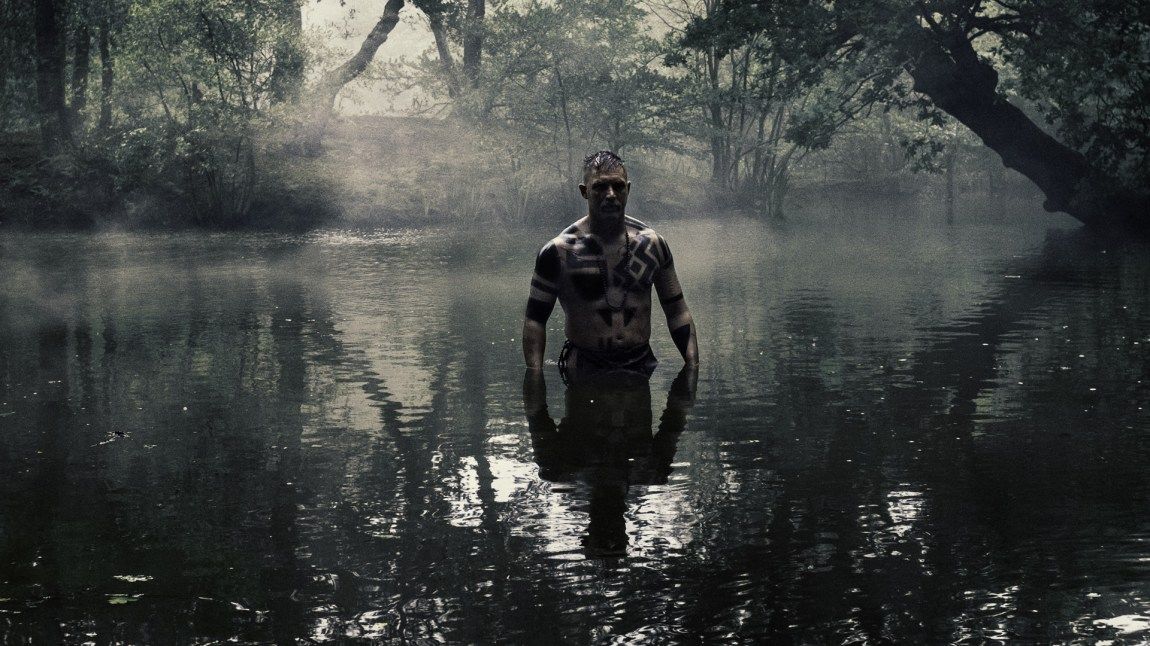 Tom Hardy tilbringer veldig mye tid alene med kameraet i Taboo. Både med klær og uten. (Foto: HBO Nordic)