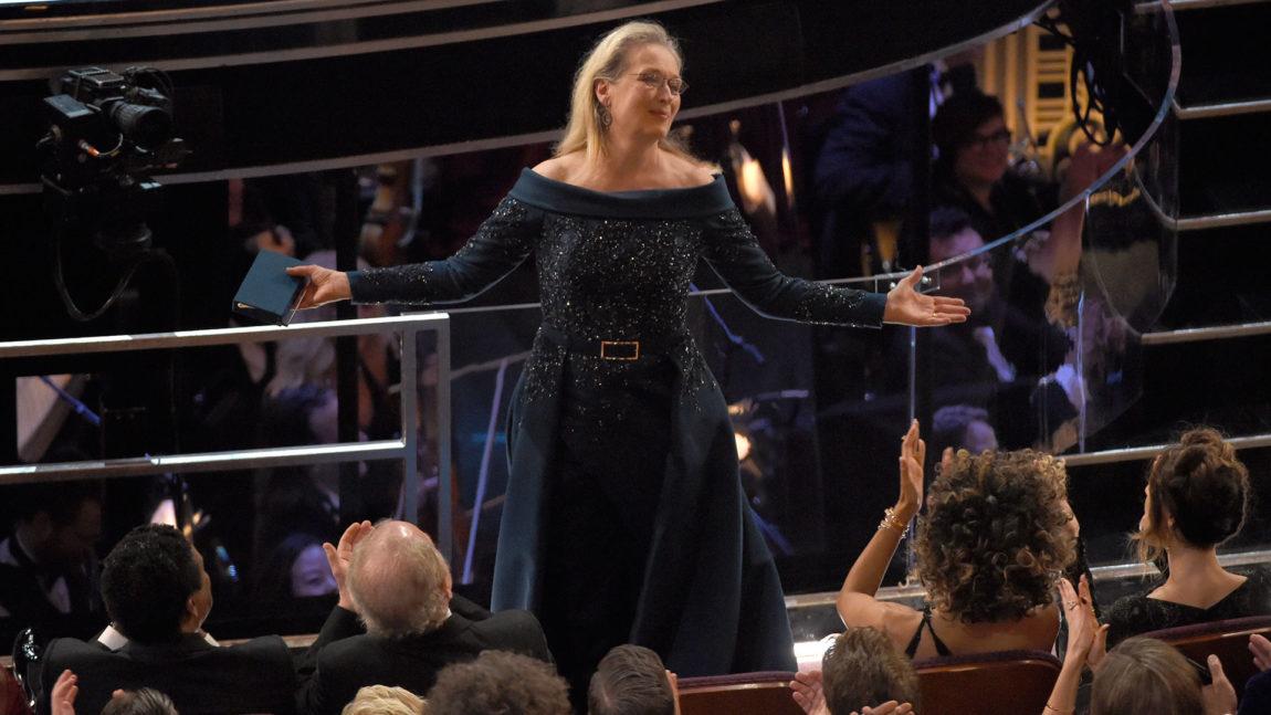 Meryl Streep reiste seg til applaus fra salen under Jimmy Kimmels åpningstale. (Foto: Chris Pizzello/Invision/AP, NTB Scanpix).
