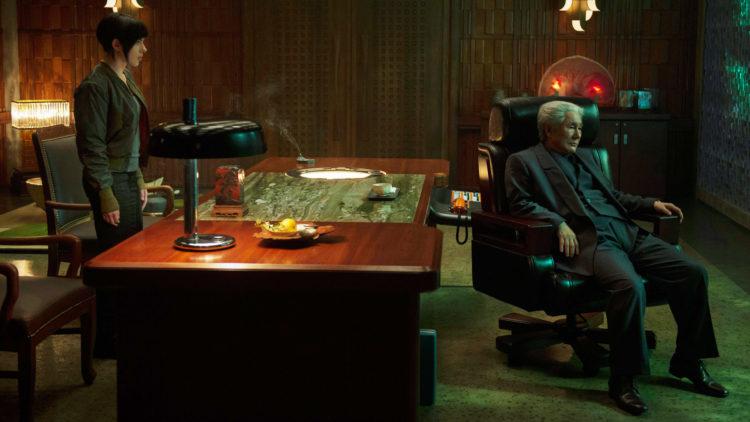 "Major (Scarlett Johansson) og Chief Daisuke Aramaki (Takeshi Kitano) i ""Ghost in the Shell"". (Foto: United International Pictures)"