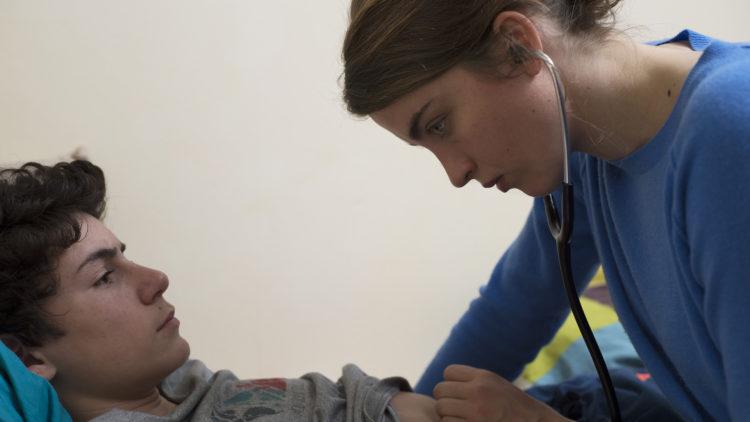 """Jenny (Adèle Haenel) undersøker Bryan (Louka Minnella) i """"Kvinne, ukjent"""". (Foto: Arthaus)"""