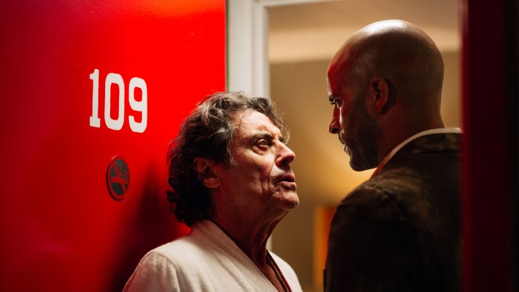 Mr. Wednesday (Ian McShane) klarer å lure den nevenyttige Shadow Moon (Ricky Whittle ) til sin sjåfør og medhjelper. (Foto: Amazon Prime Video, Starz)