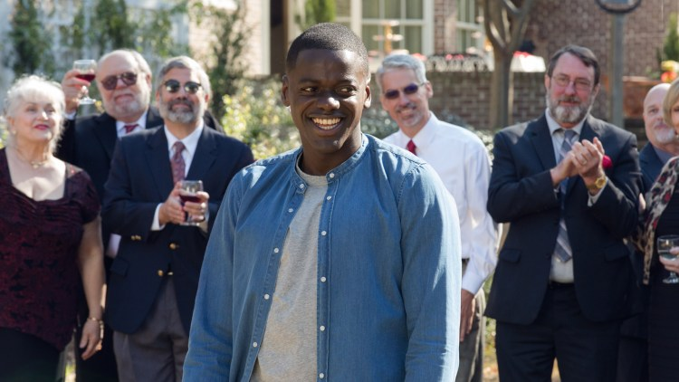 "Chris (Daniel Kaluuya) er omringet av hvite mennesker i ""Get Out"". (Foto: United International Pictures)"