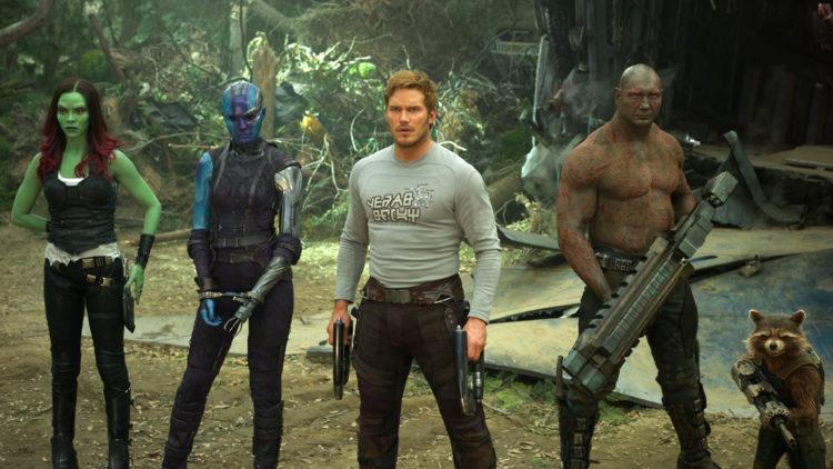 """Zoe Saldana, Karen Gillan, Chris Pratt, Dave Bautista og Rocket (med Bradley Coopers stemme) i en scene fra """"Guardians Of The Galaxy Vol. 2."""" (Foto: Disney-Marvel via AP)"""