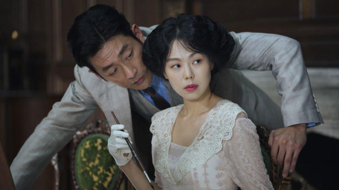 Den sleipe greven Fujiwara (Ha Jung-woo) prøver å forføre den unge adelskvinnen Izumi Hideko (Kim Min-hee). (Foto: Arthaus)