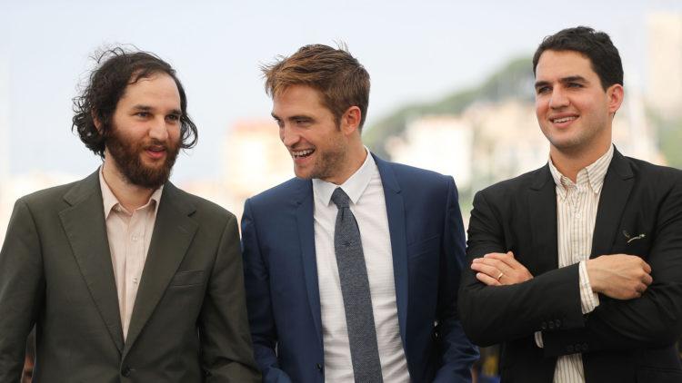 Robert Pattinson flankeres av regissørene Josh Safdie (til venstre) og Benny Safdie på filmfestivalen i Cannes. (Foto: AFP PHOTO / Valery HACHE)