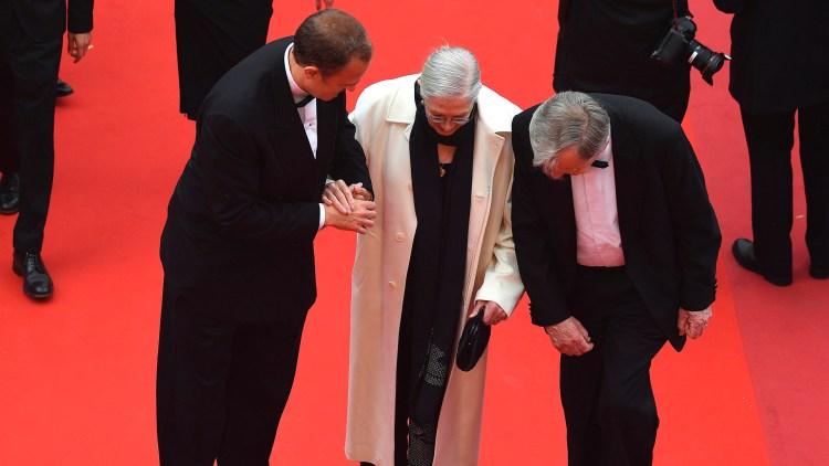 Vanessa Redgrave på den røde løperen i Cannes med hennes sønn, den italienske produsenten Carlo Gabriel Nero (til venstre) og tidligere parlamentsmedlem Lord Alf Dubs. (Foto: AFP PHOTO / Antonin THUILLIER)
