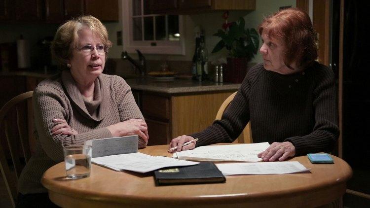 Abbie Schaub og Gemma Hoskins er to tidligere elever av drapsofferet Cathy Cesnik, som er fast bestemt på å finne ut hva som skjedde med nonnen. (Foto: Netflix)