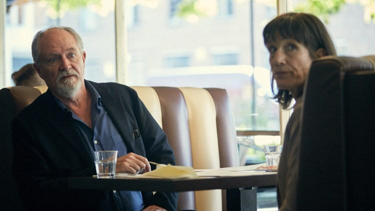 "Tony (Jim Broadbent) og eks-kona Margaret (Harriet Walter) på kafé i ""The Sense of and Ending"". (Foto: SF Studios)"