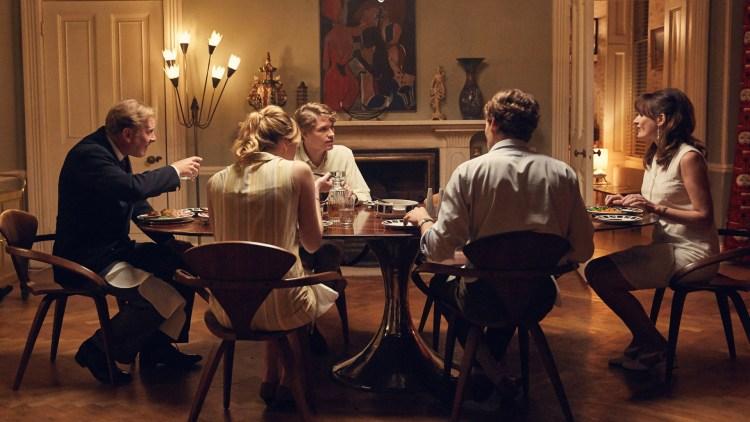 """Den unge Tony (Billy Howle - på bortsiden av bordet) på middagsbesøk hos Veronicas familie i """"The Sense of and Ending"""". (Foto: SF Studios)"""