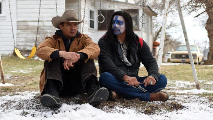"""Jegeren Cory (Jeremy Renner) hjelper til i etterforskningen av dødsfallet til datteren til kameraten Martin (Gil Birmingham) i """"Wind River"""". (Foto: Norsk Filmdistribusjon)"""