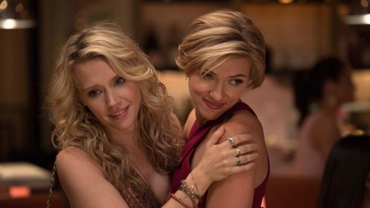"""Scarlett Johansson (t.h.) og Kate McKinnon spiller to av hovedrollene i """"Siste kveld med jentene"""". (Foto: United International Pictures)"""