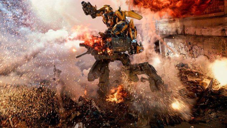 """En Autobot og en Decepticon braker sammen i """"Transformers: The Last Knight"""". (Foto: United International Pictures)"""
