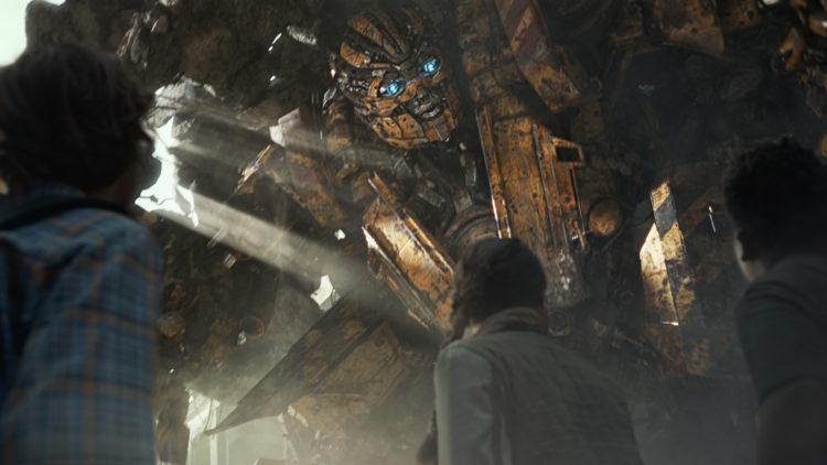"Autoboten Canopy skjermer tre barn i ""Transformers: The Last Knight"". (Foto: United International Pictures)"