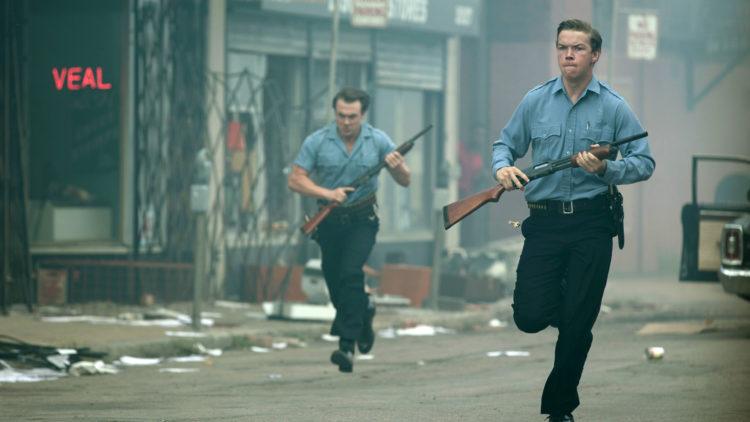 """Politioffiseren Krauss (Will Poulter, t.h.) jakter på en plyndrer i dramaet """"Detroit"""". (Foto: SF Studios)"""
