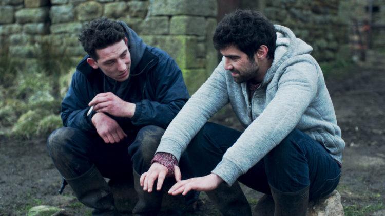 """Bondesønnen Johnny (Josh O'Connor) innleder et forhold til den rumenske gjestearbeideren Gheorghe (Alec Secareanu) i """"God's Own Country"""". (Foto: Another World Entertainment)"""