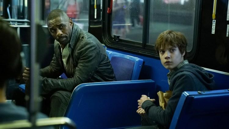 """Roland (Idris Elba) og Jake (Tom Taylor) hopper mellom verdener i """"The Dark Tower"""". Her er de i New York. (Foto: United International Pictures)"""