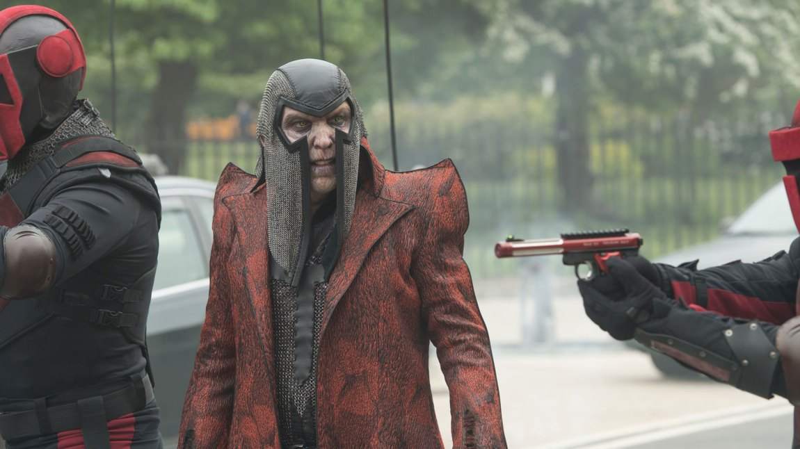 The Terror (Jackie Earle Haley) er skyggen som muligens lurker i mørket i The Tick. (Foto: Amazon Prime)