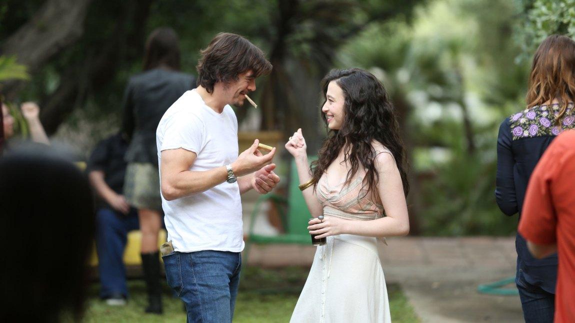 16-årige Max (Mikey Madison) fortsetter å utfordre sin mor. For hva skal Sam (Pamela Adlon) gjøre når datteren blir sjarmert av en spansk globetrotter på 35? (Foto: HBO Nordic, FX)