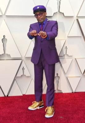 """Spike Lee med """"hate"""" og """"love"""" på knyttnevene. Foto: Jordan Strauss/Invision/AP"""