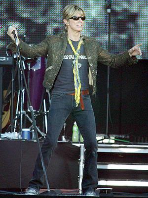 David Bowie, her på scenen i 2004, opptrer ikke så ofte live lenger. Foto: NTB Scanpix / AFP.